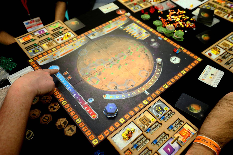 Terraforming Mars est un jeu coopératif oùil s'agit de rendre la planète rouge habitable.