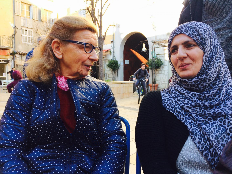 Michèle et Sarah, qui a fui l'Irak, à Grasse