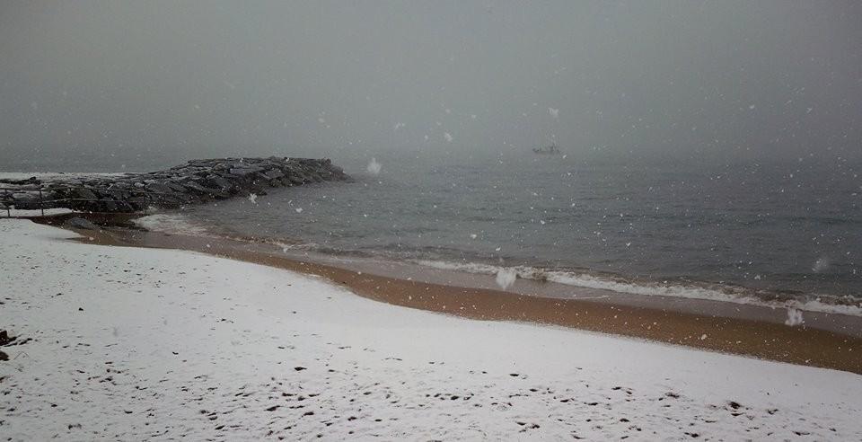 Le bord de mer à Saint-Raphaël recouvert de neige.