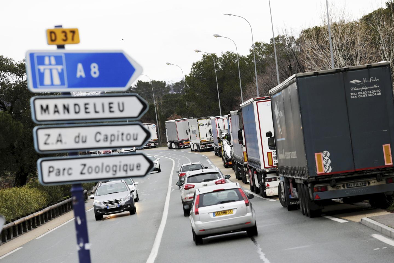 Ce jeudi matin, de nombreux camions étaient encore immobilisés sur le côté de la chaussée sur la commune de Fréjus.