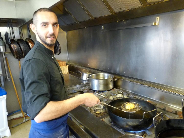 Anthony Garcia à la cuisson des beignets.
