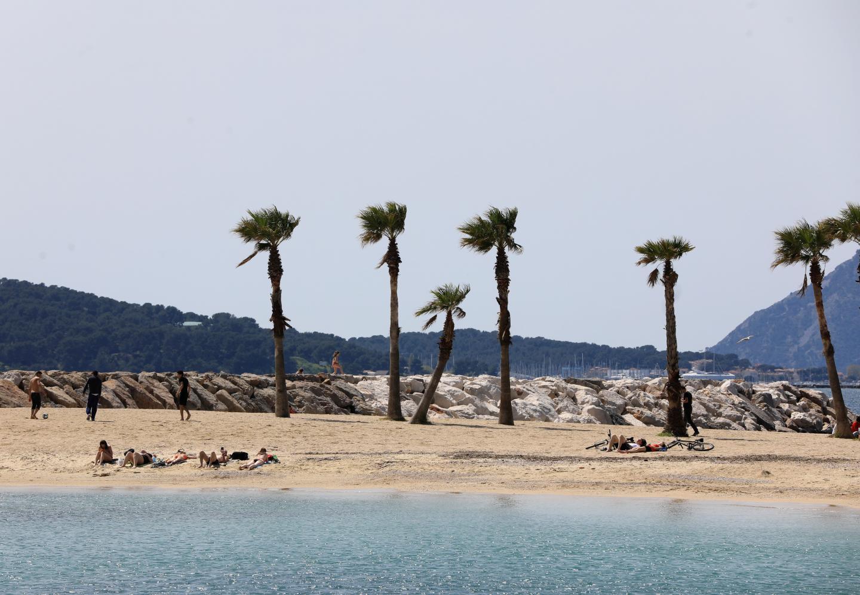 à Toulon, premiers bains de soleil sur une plage presque déserte et un jour sans vent.