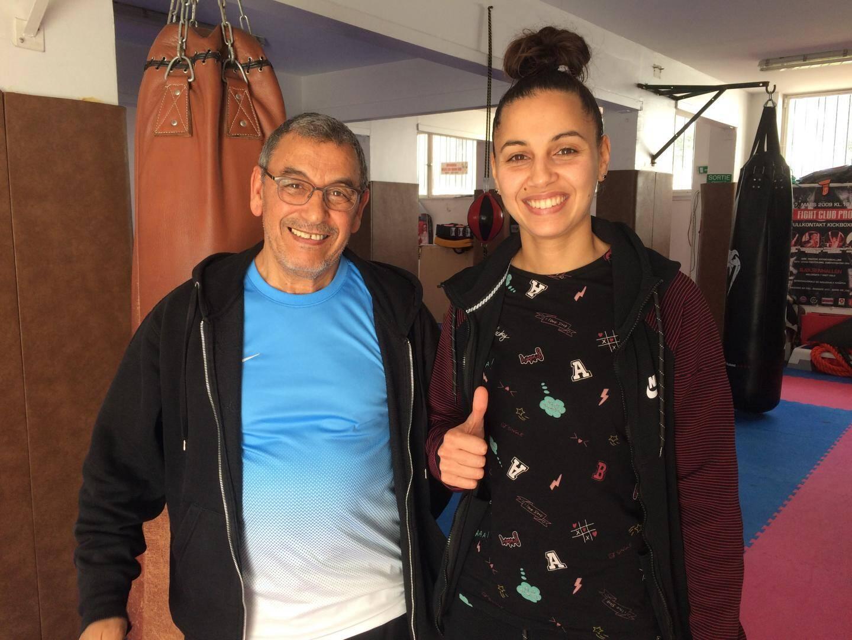 Amel avec son père et entraîneur Mustafa Dehby, dans la petite salle du Kick-boxing club de la Côte d'Azur.