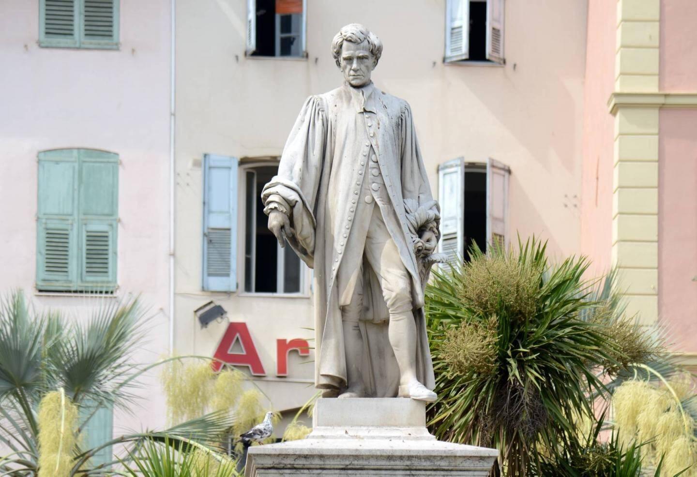 La statue érigée sur les Allées pour les 150 ans de l'arrivée du Lord