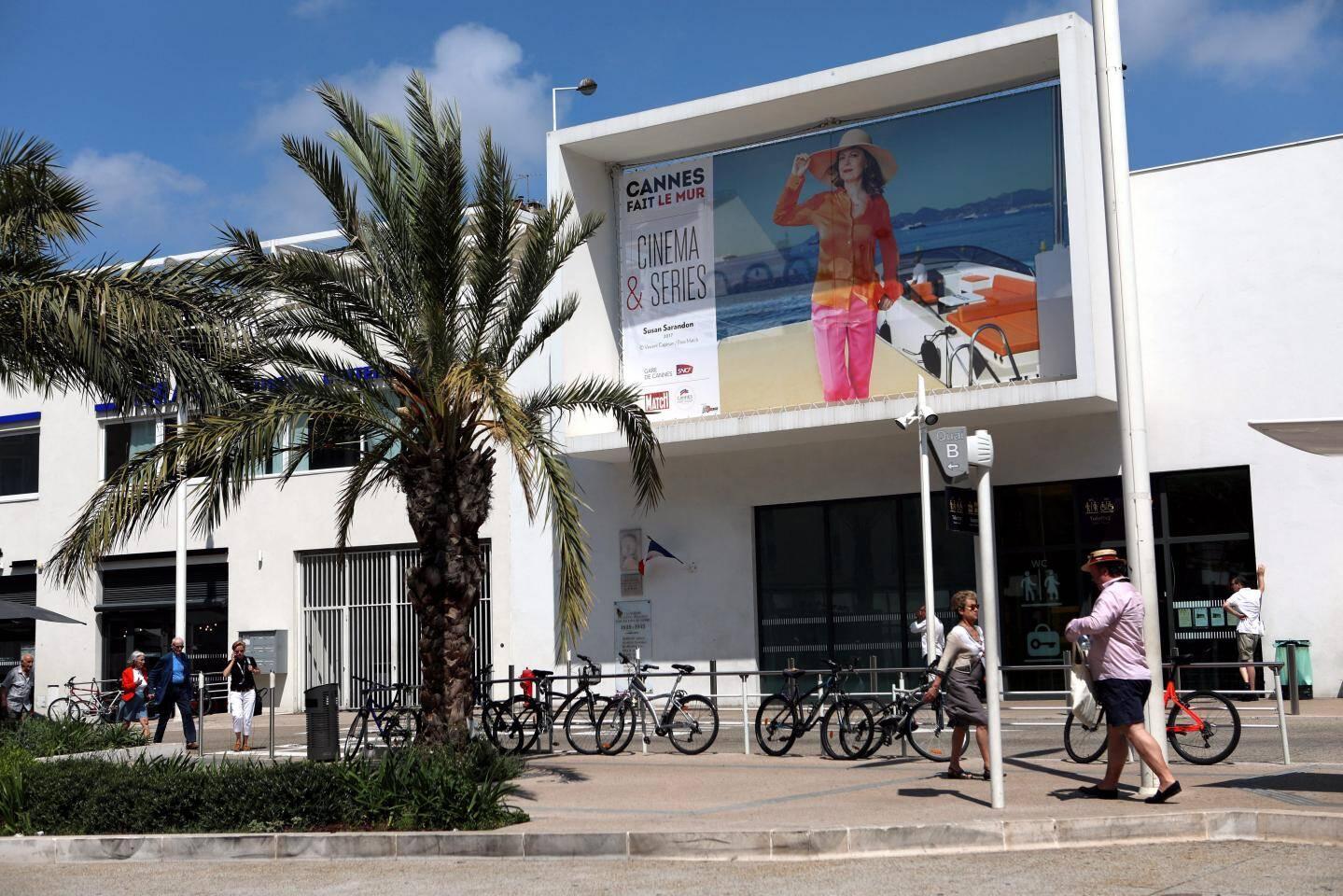 Sébastien Micke devant son cliché très esthétique de Naomi Watts, en 2014, sublimant le Cannes Riviera Hôtel cette année.
