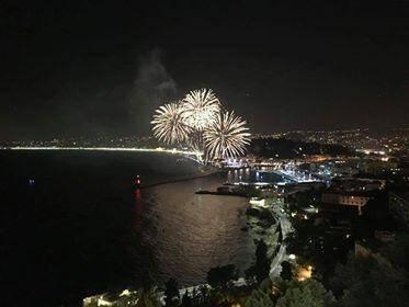 Le feu d'artifice a illuminé le ciel de Nice.
