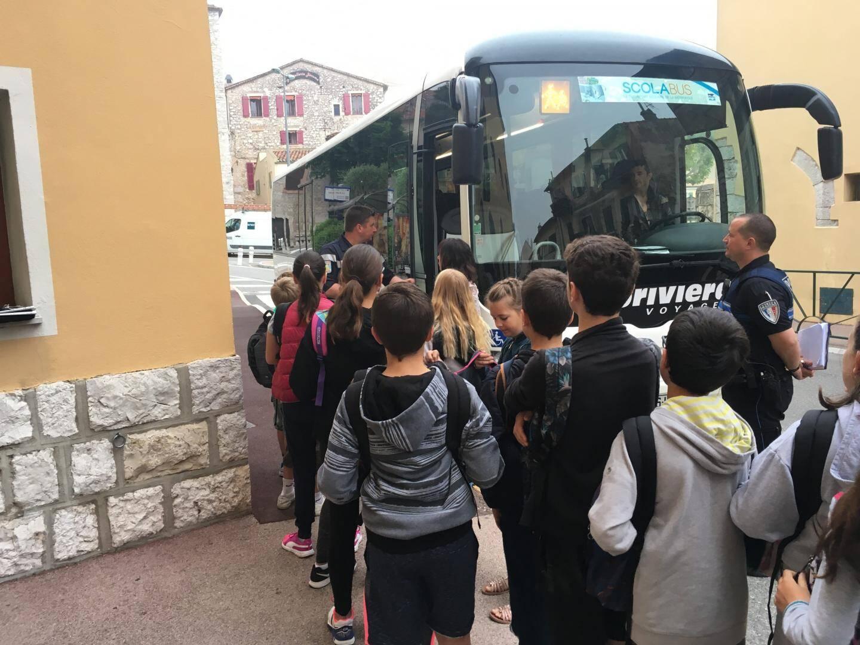 Exercice d'évacuation d'un bus sous les instructions de Daniel Candela, pompier, et Christophe Duplan, policier municipal.
