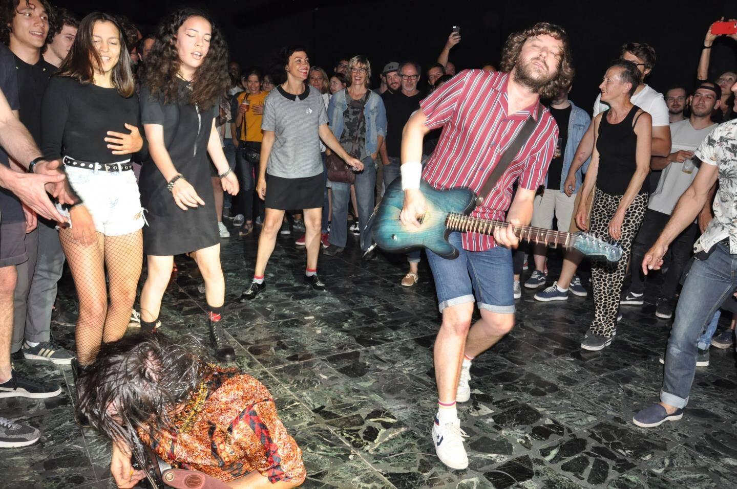 """Un """"rock anniversaire"""" pour les Toulonnais The Cryptones (à droite) sur scène devant une salle remplie de fans de toujours et d'amis."""