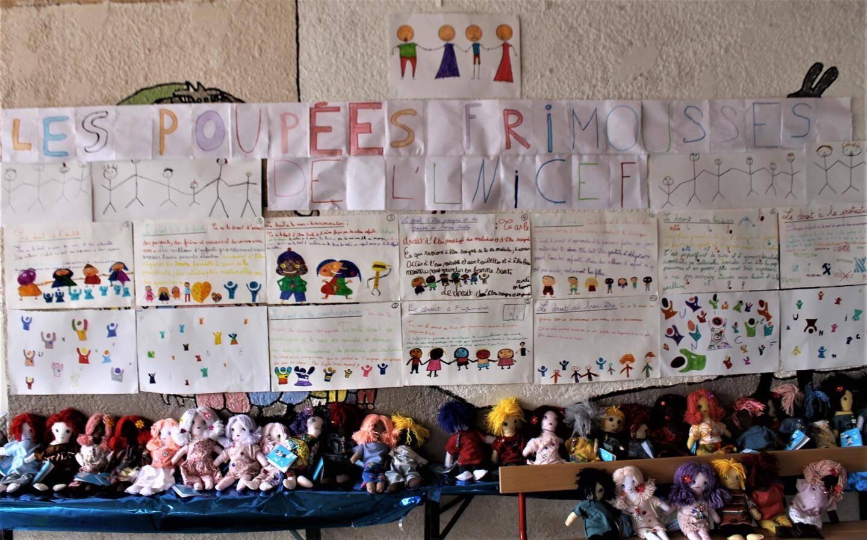 Les poupées « Frimousses » et les dessins des écoliers, sur le stand de vente.