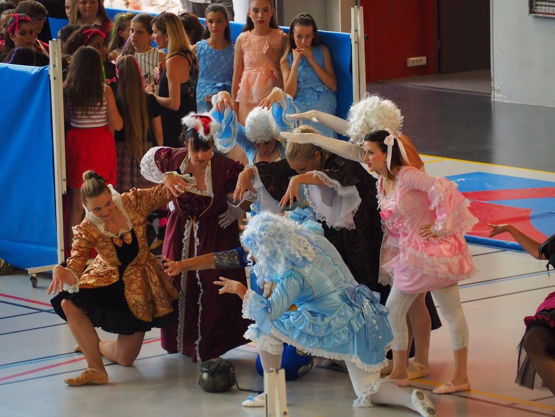 Les personnages des tableaux sortent des œuvres et participent à la fête.