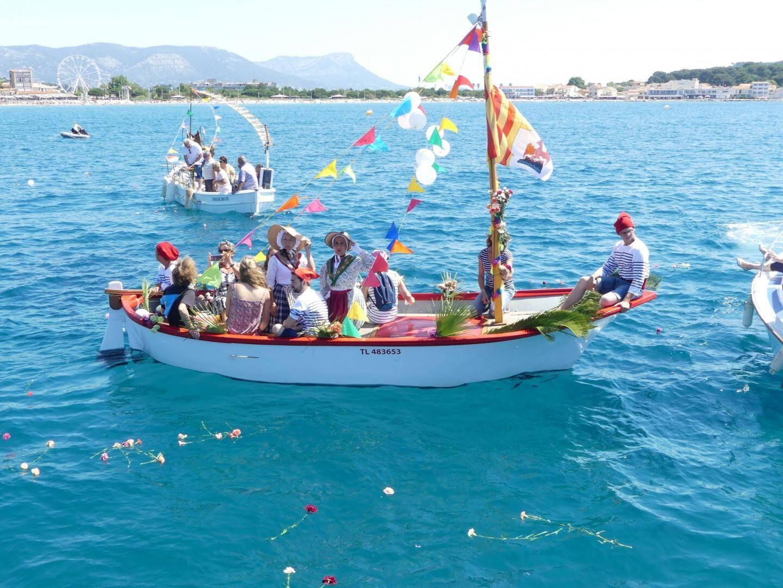 L'un des bateaux joliment décoré qui a participé à la bénédiction.