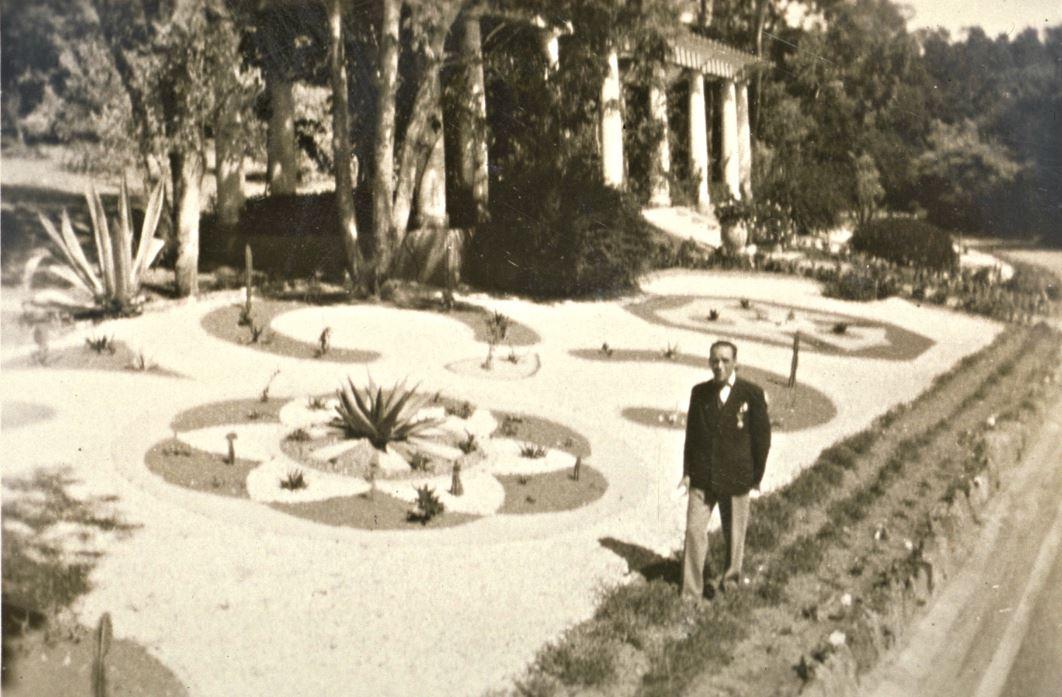 Les jardins géométriques devant la pergola du temps des Potez.