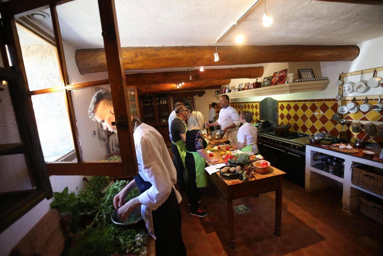 La leçon de cuisine du jour est dispensée dans la cuisine provençale typique de la Bastide des saveurs.