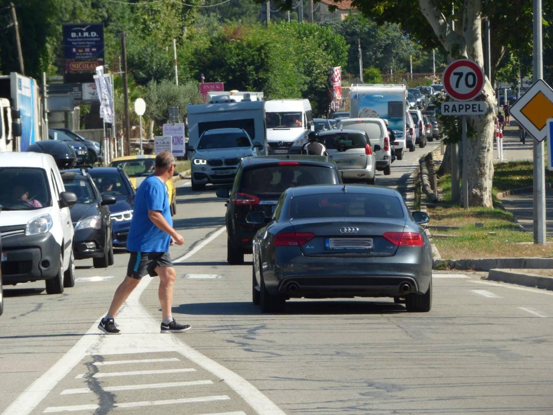 Nombreux sont les piétons qui optent pour une traversée de la RD 559 au pas de course.