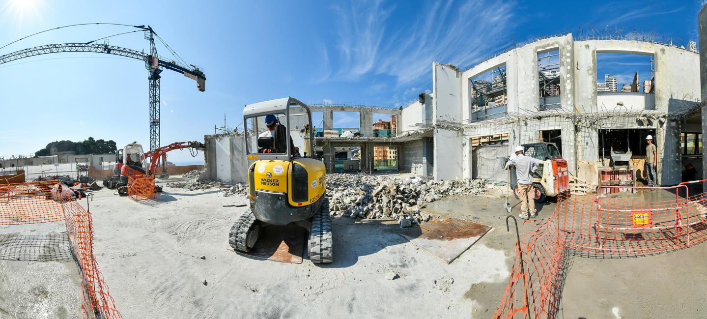 À gauche, une salle de bains déjà entièrement refaite dans un appartement.  À droite, les ouvriers à l'œuvre sur les terrasses des logements, qui doivent elles aussi, être renouvelées.