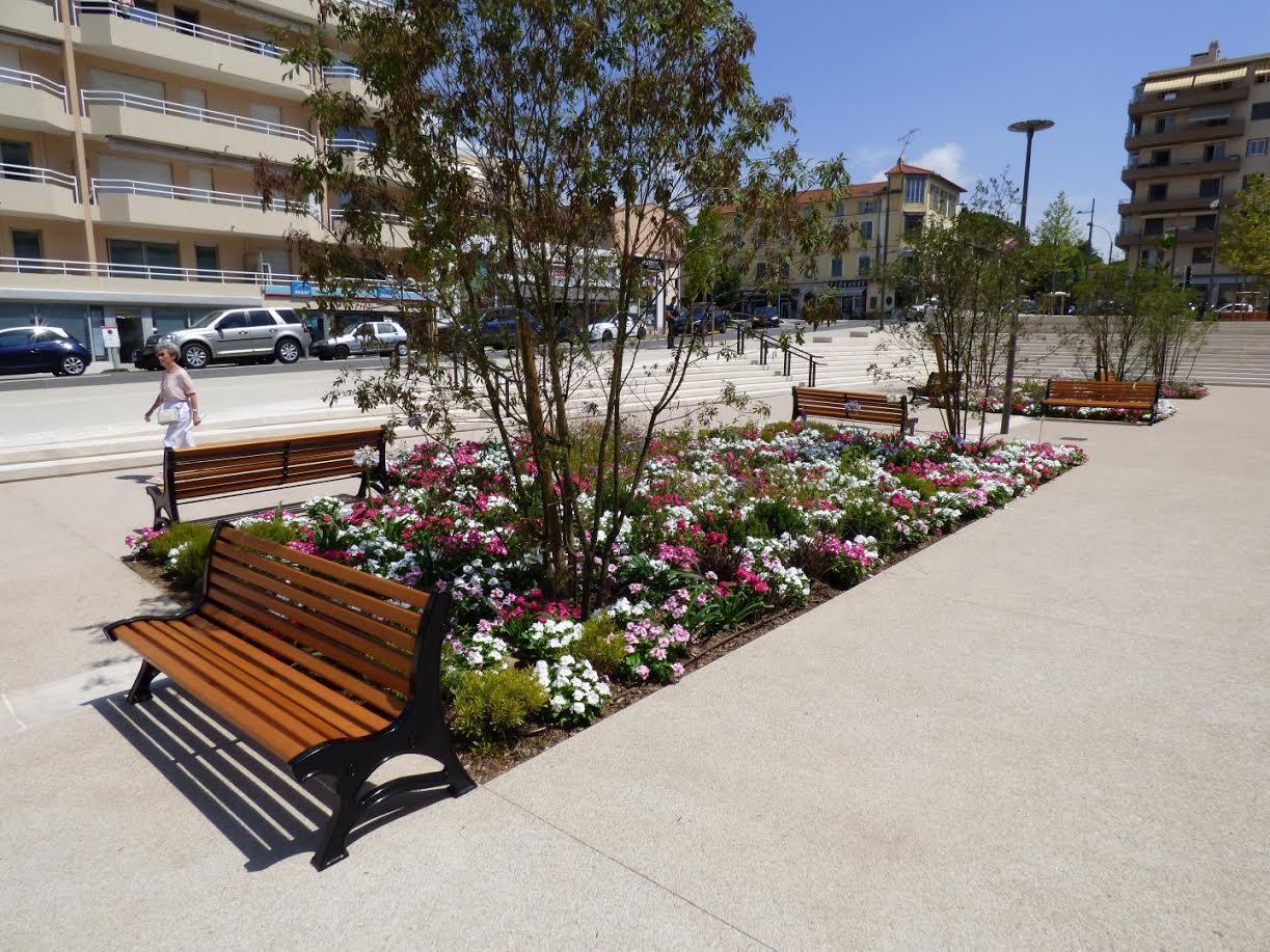 Les parterres de fleurs de la place du Béal.