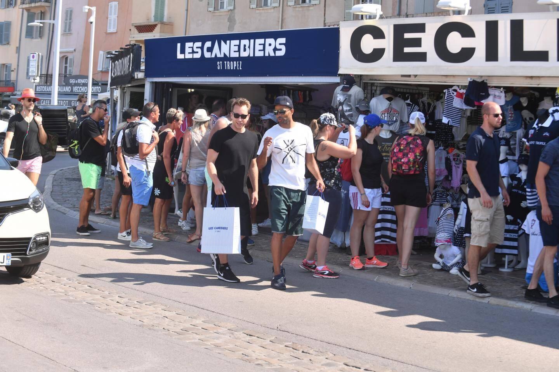 Tony Parker en mode shopping sur le port de Saint-Tropez.