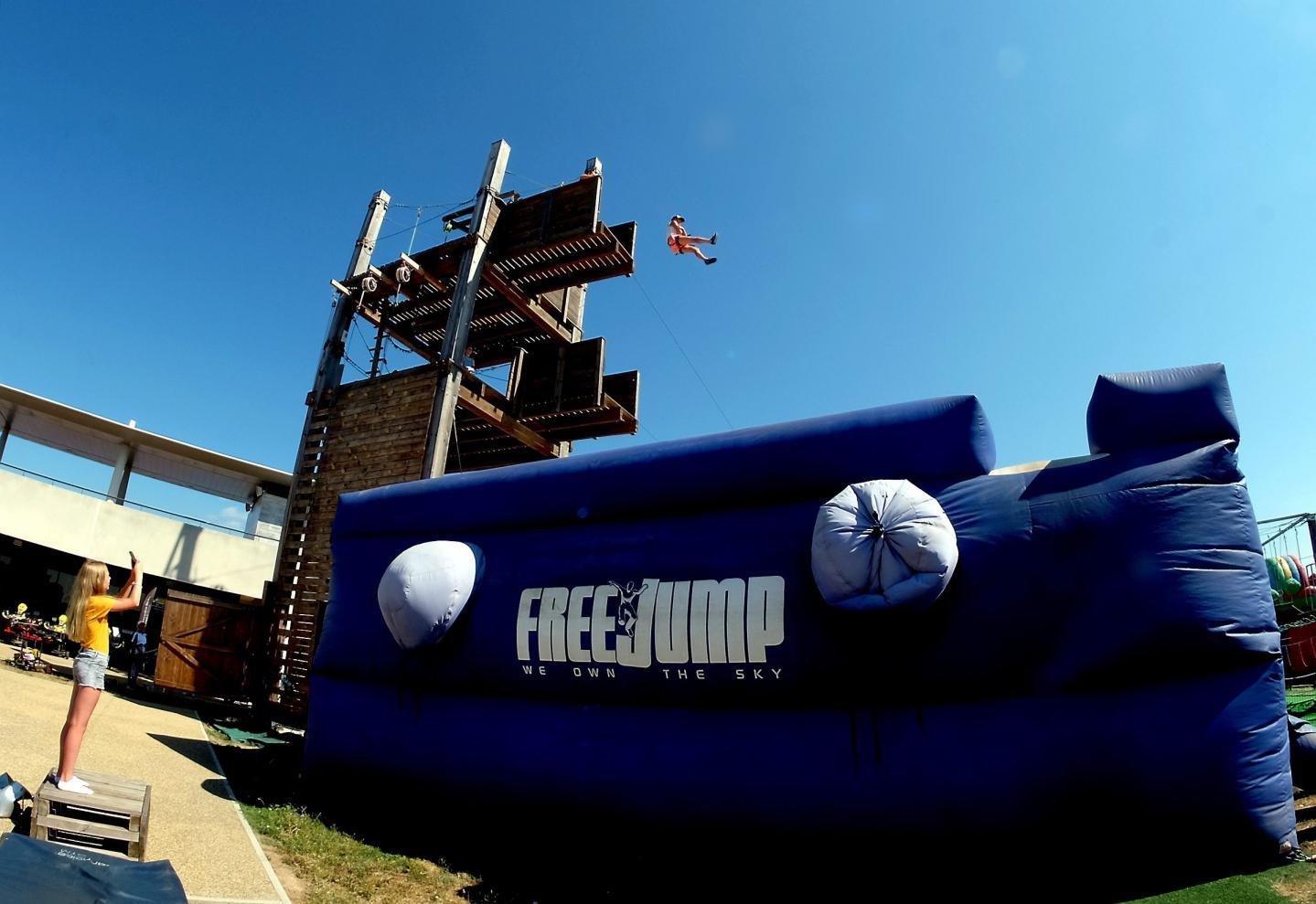 Le free jump consiste à sauter de 7 m ou 10 m de hauteur dans un immense matelas d'air conçu pour les cascades de cinéma.
