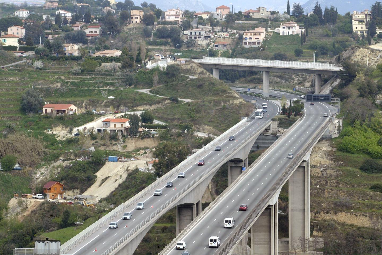 Le viaduc de Magnan, entre l'échangeur de Nice Nord et de Saint-Isidore, est un pont à poutres.