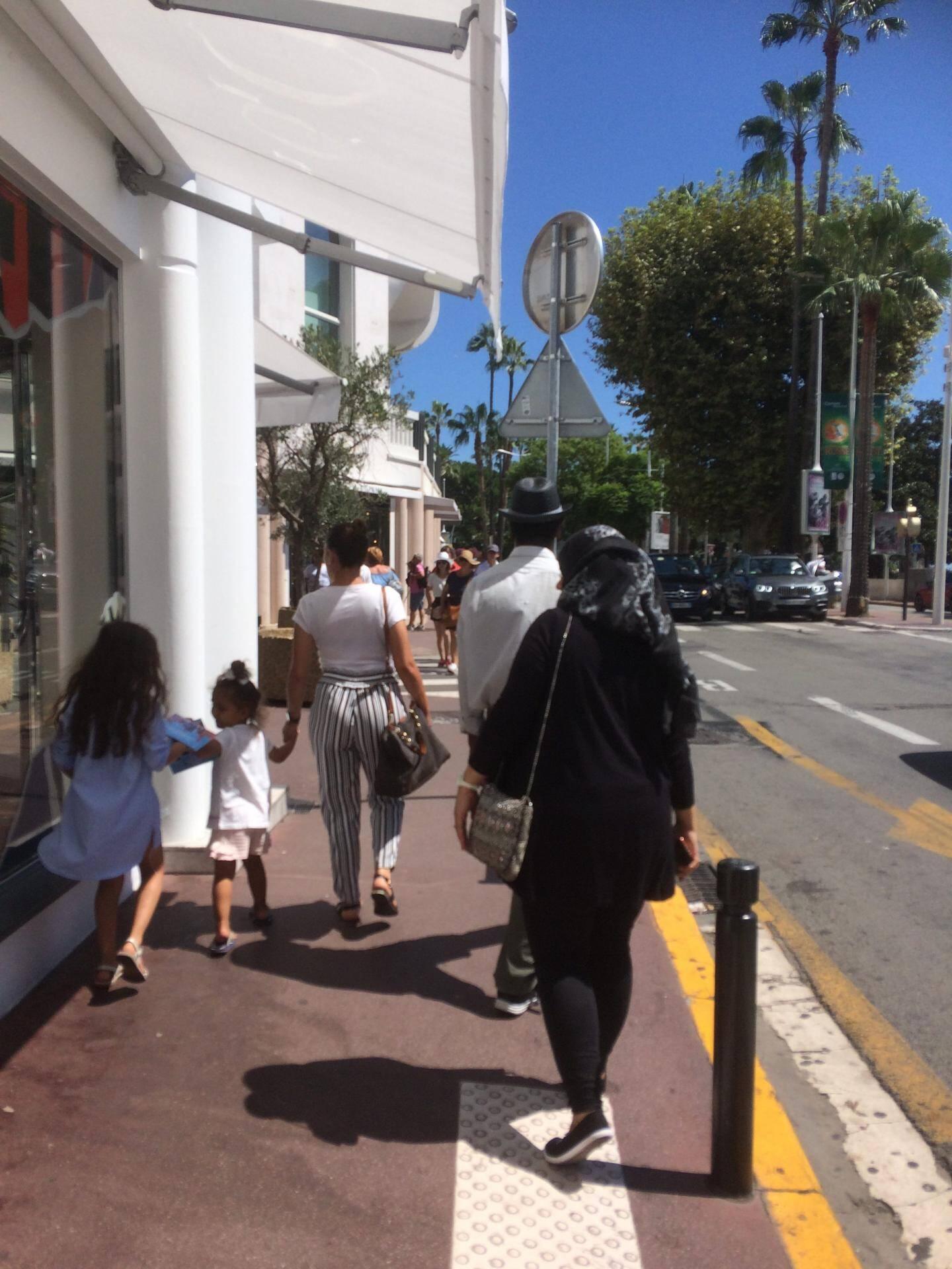 Sur la Croisette, la fin d'après-midi est souvent dédiée au shopping.