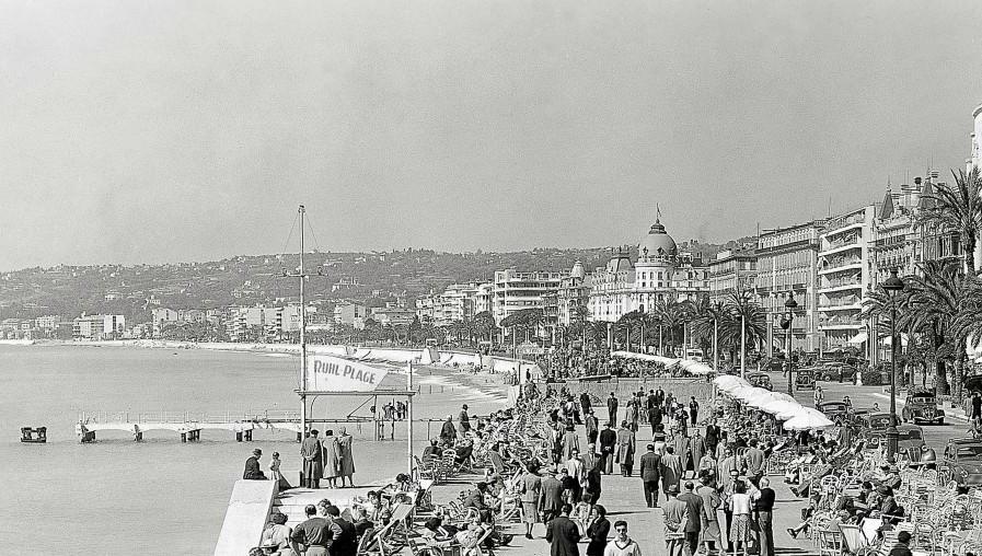 Avant la saison estivale, Cannes a procédé au réensablement de ses plages, Nice à l'apport de galets et au large de Villeneuve-Loubet, un dispositif de bambous est testé contre la houle.