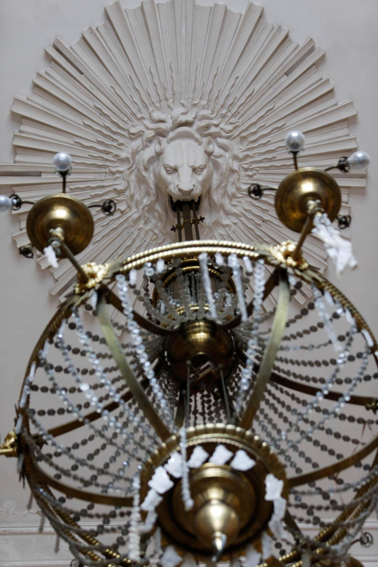 Une  « merveille » du Grand salon : le lustre électrique de