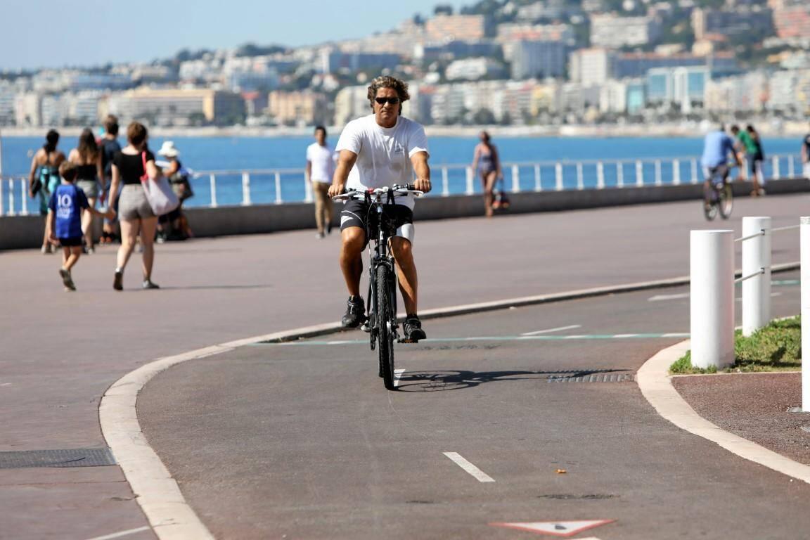 Piste cyclable sécurisée Promenade des Anglais.