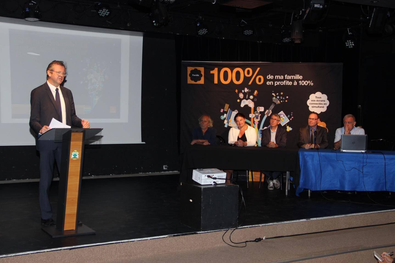 Laurent Londeix de l'opérateur Orange a présenté le déploiement devant les quatre maires des communes concernées et la députée de la 4e circonscription, Alexandra Valetta-Ardisson.(DR)