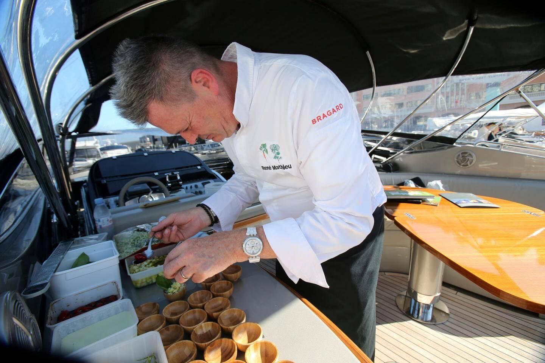 ... tandis que sur le pont, René Mathieu dresse son taboulé à base de chou-fleur.