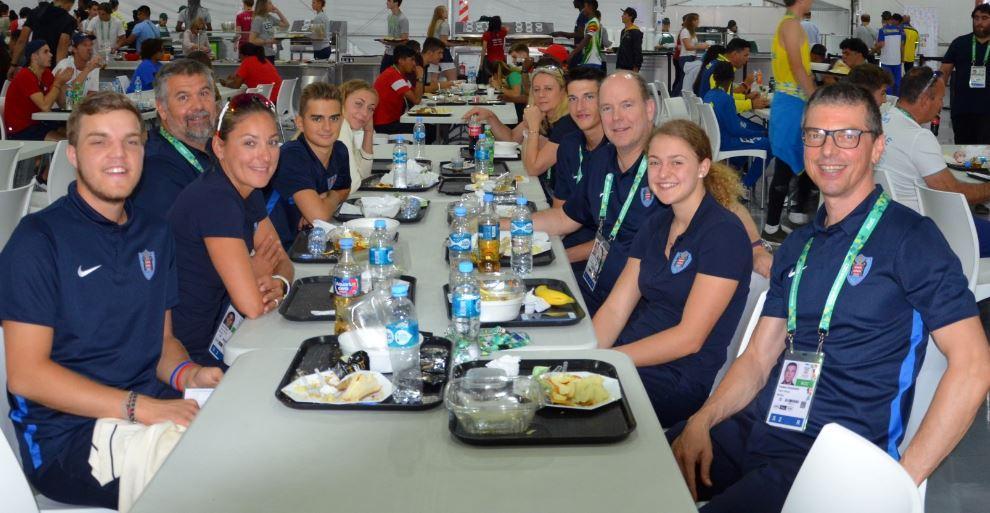 Le prince Albert II a déjeuné avec l'ensemble de la délégation monégasque dans le restaurant du village.
