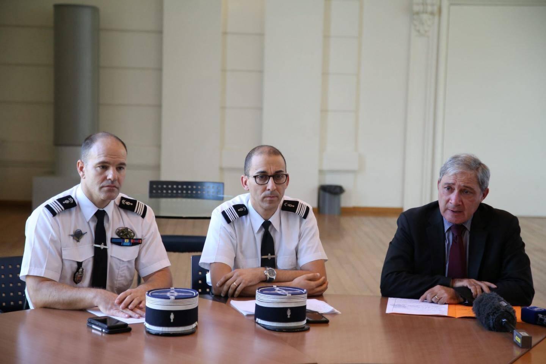 Le procureur de la République Jean-Michel Prêtre, avec le colonel Boualam et le chef d'escadron Cordeille.