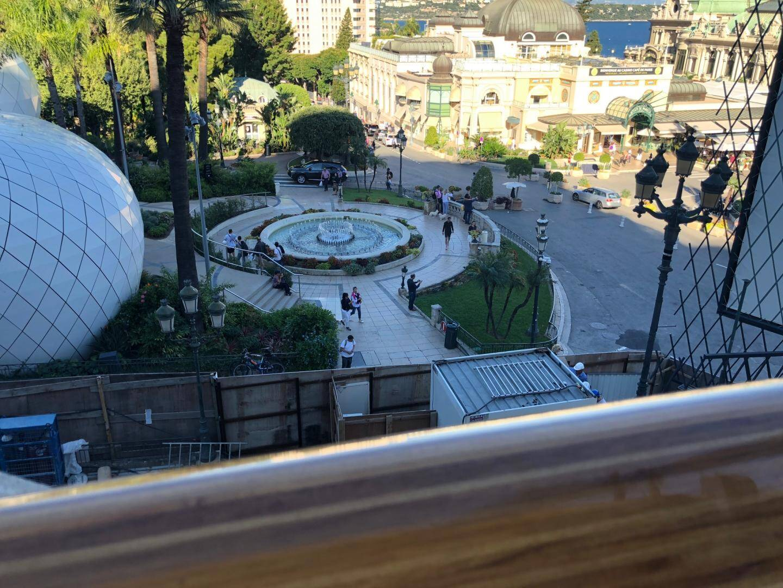 Des rampes treize fois vernies pour résister aux intempéries et admirer sans limite la vue sur la place du Casino.