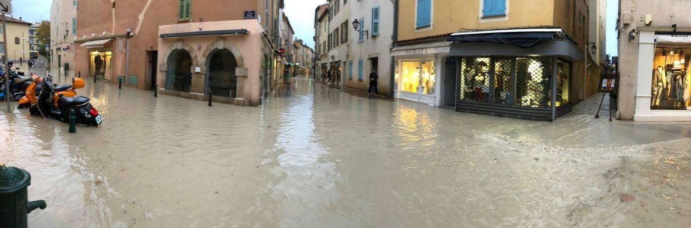 Le village tropézien sous les eaux.