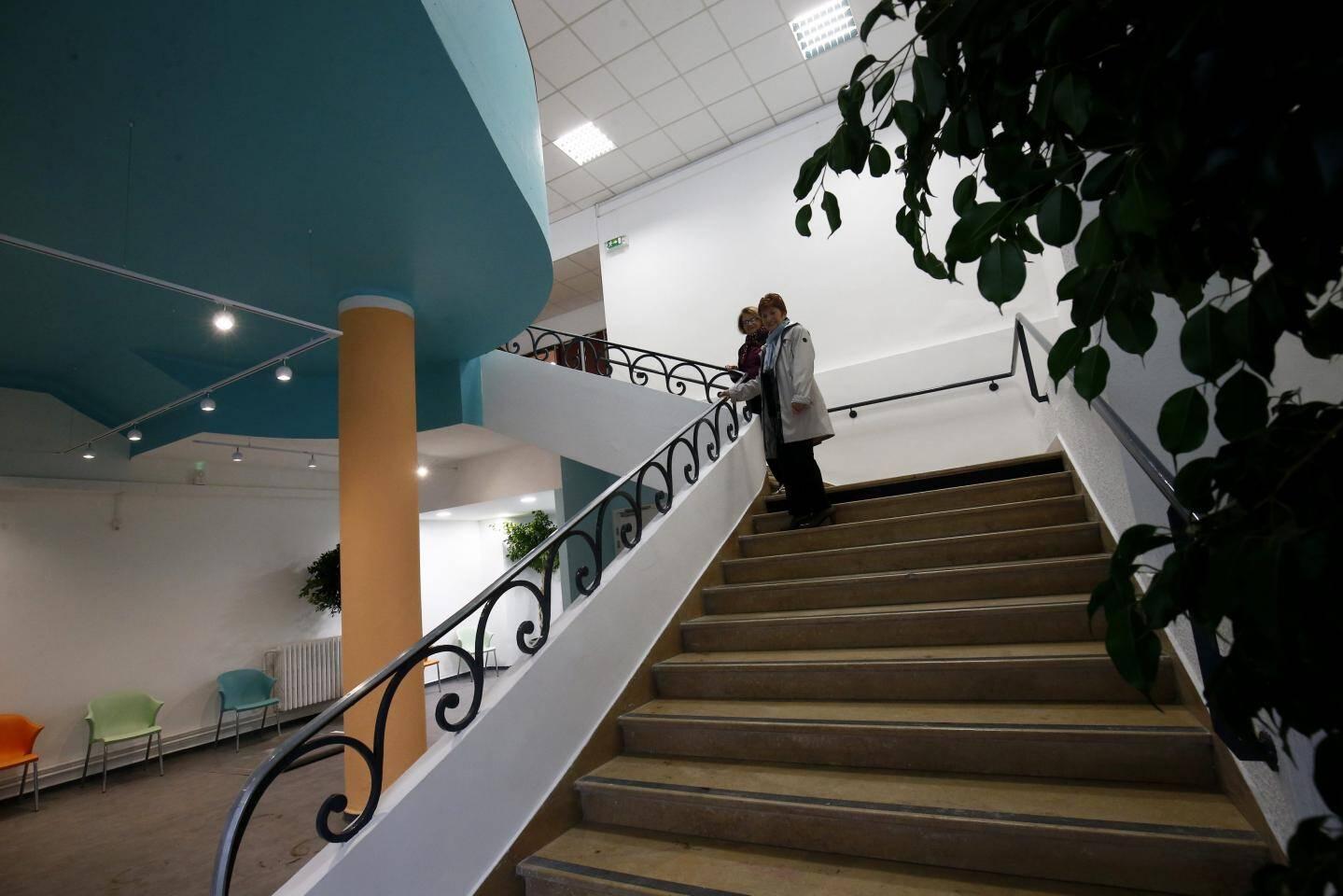 L'escalier avec sa rambarde en fer forgé d'origine dans le style des années 60 donne accès à deux espaces publics : la grande salle et la mezzanine.