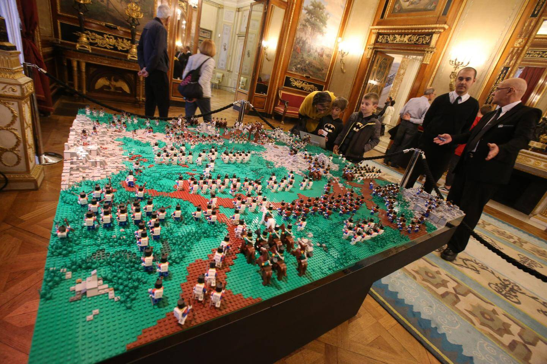 Les jouets racontent aux enfants une page de l'histoire de Napoléon: sa fuite de l'île d'Elbe et sa marche sur Paris.
