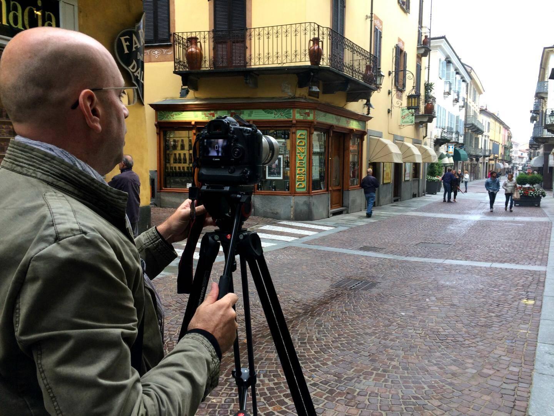 """Philippe entre deux averses filme la """"dolce vita"""" dans le centre piéton de Bra."""