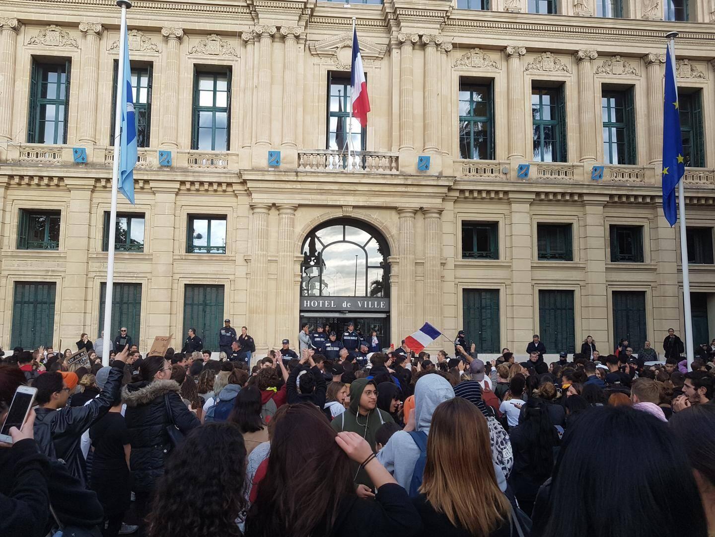Les lycéens cannois se sont retrouvés devant l'Hôtel de Ville.