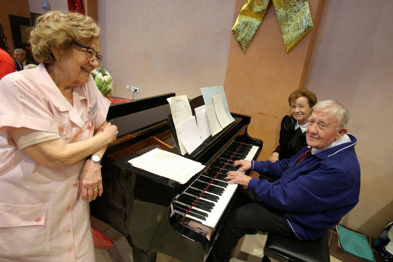 René Bec, pianiste professionnel, vient régulièrement donner de son temps et de son talent aux résidents du Centre Rainier III, comme hier, lors du goûter.