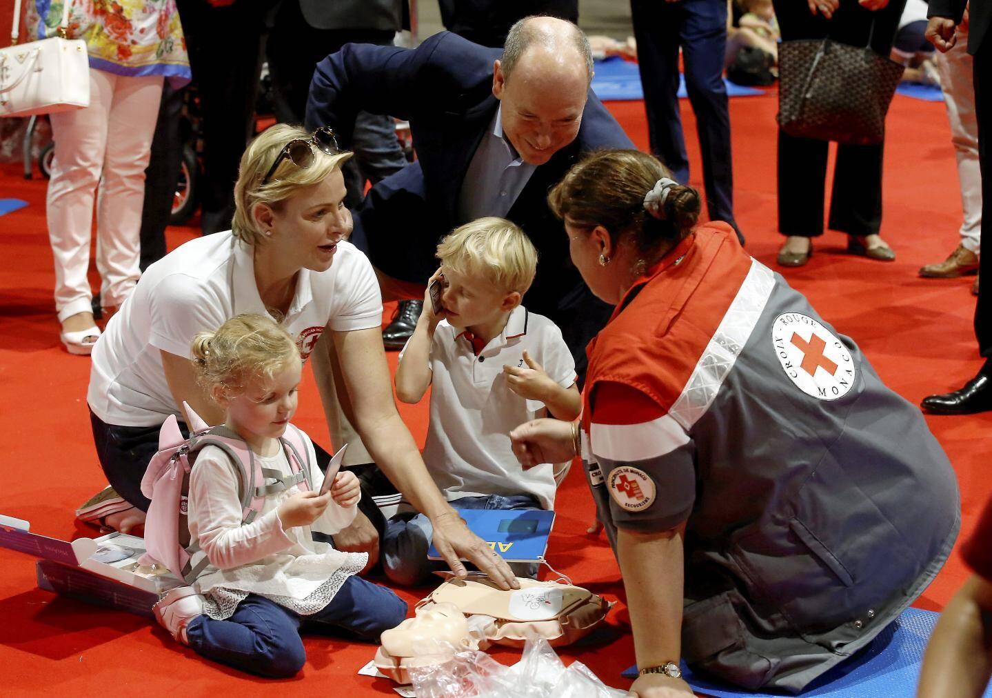 Aux côtés de leurs parents, les jumeaux participent à la journée d'action de la Croix-Rouge monégasque pour découvrir notamment les gestes qui sauvent.
