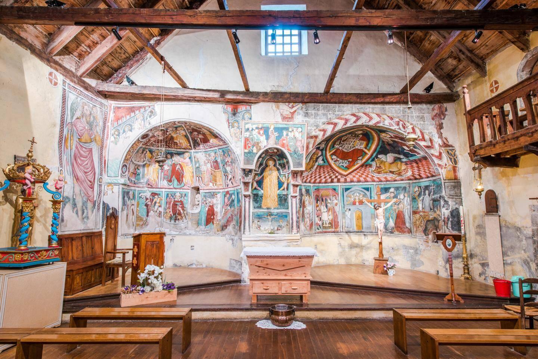 L'église Saint-Erige d'Auron, construite au XIVe siècle, est l'une des rares du département à abriter deux chœurs.