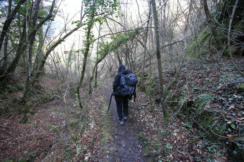 C'est par un sentier étroit qu'il faut cheminer (avec ses provisions) jusqu'aux hameaux.
