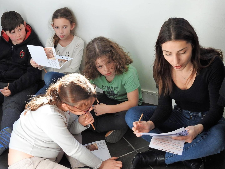 L'enseignante a lu les documents à ses élèves afin de les aider à trouver les réponses.