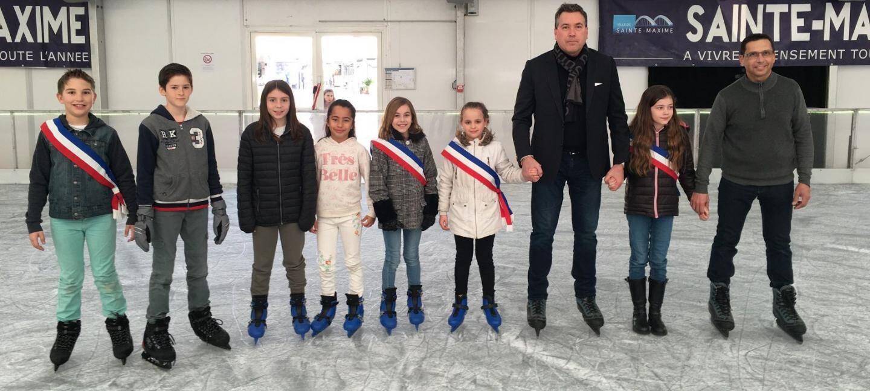 Le maire Vincent Morisse, l'adjoint au tourisme Charles Pierrugues et les jeunes élus du conseil municipal des enfants ont inauguré la patinoire.