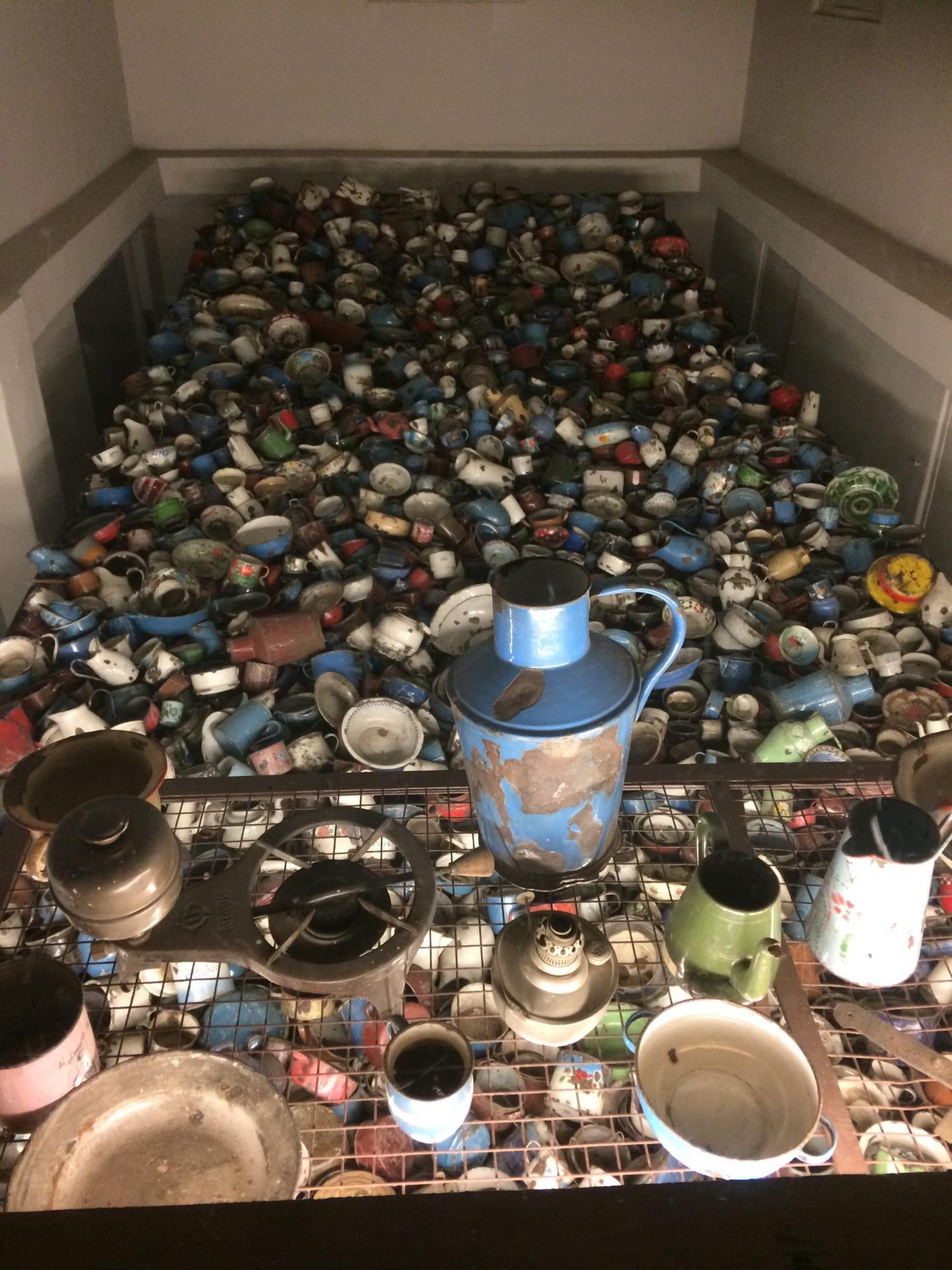 Le spectacle terrifiant des montagnes d'ustensiles de cuisine, de 45 000 paires de chaussures et deux tonnes de cheveux donne le frisson.