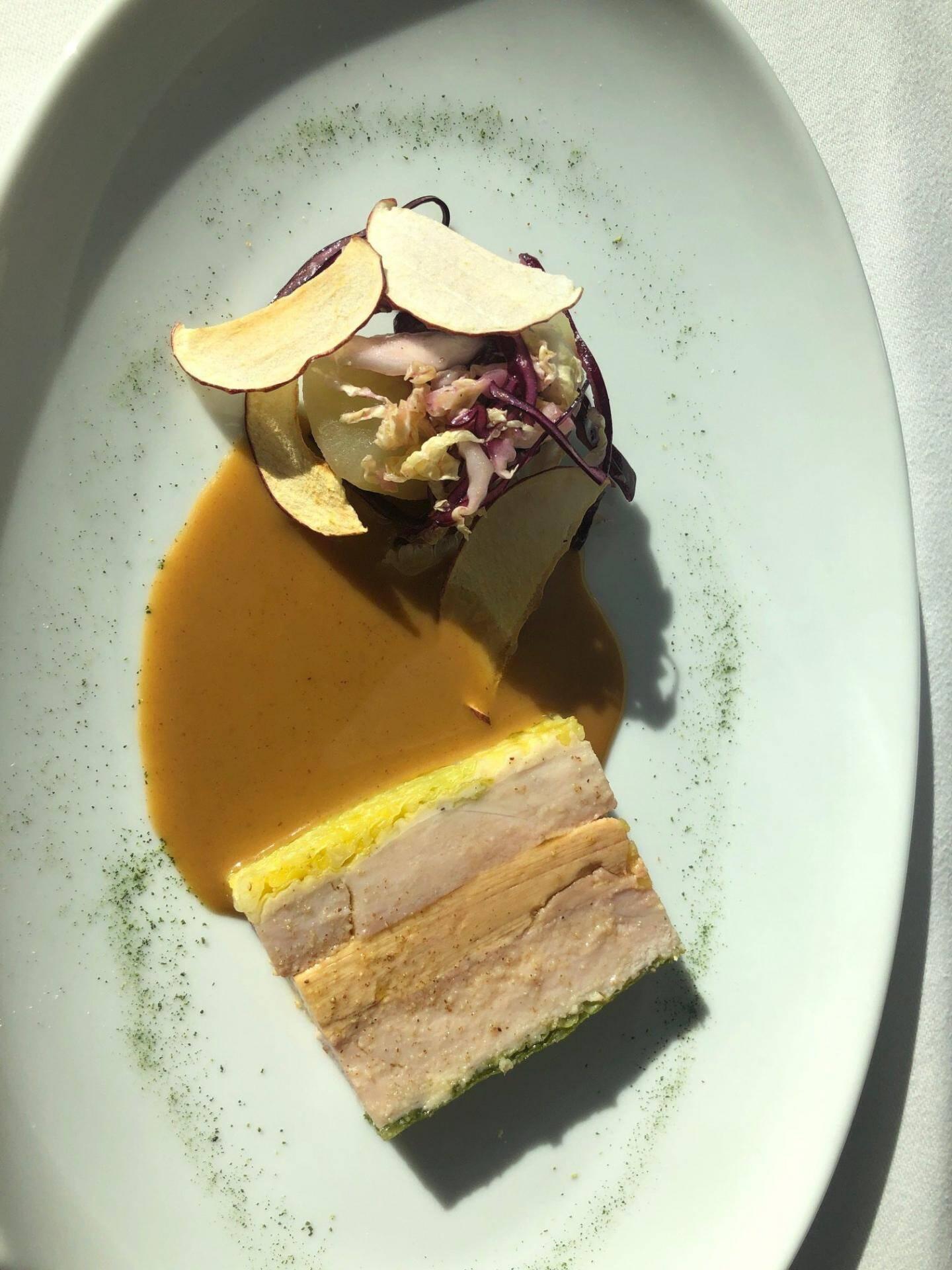 Pressée de pintade, foie gras de canard et chou.