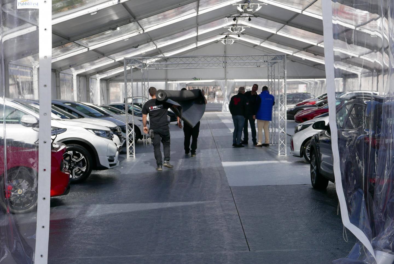 Les derniers préparatifs, hier, avant l'ouverture du 3e Salon de l'auto, aujourd'hui.