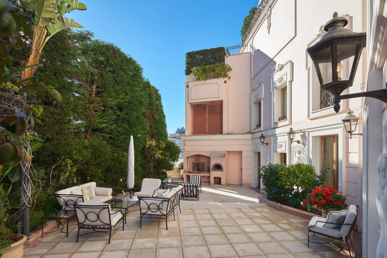 Environ 550 m2 de terrasses et jardin bordent la villa.