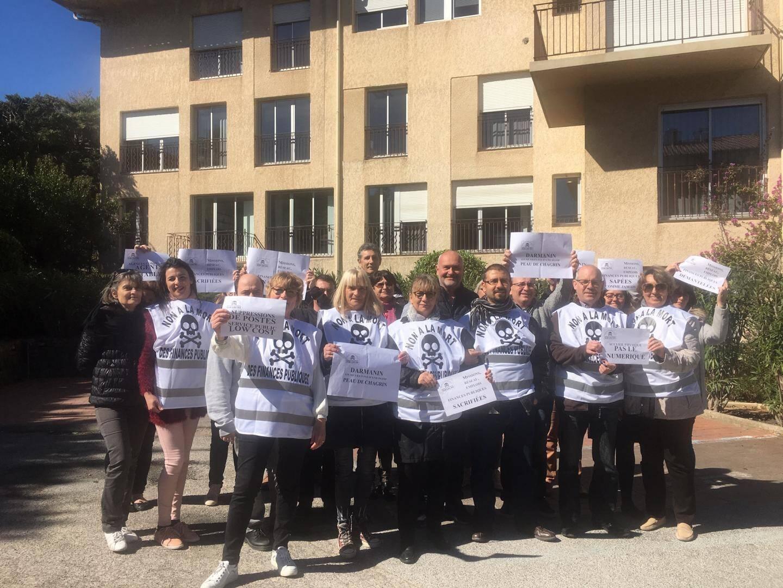 Gilets siglés « Non à la mort des finances publiques » sur le dos, les agents du Centre des finances publiques de Saint-Tropez se sont rassemblés, hier midi, devant leur lieu de travail.