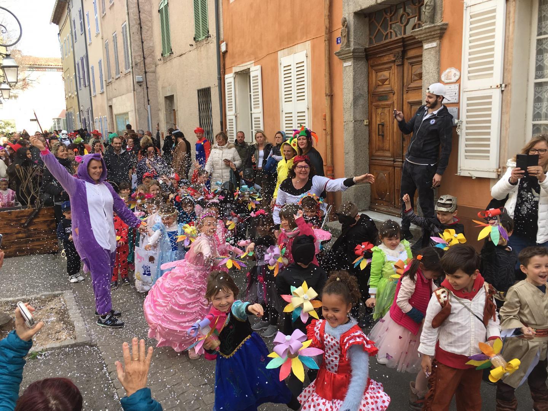 Le lancer des confetti, toujours un moment de pur bonheur pour les petits ... les grands !(Photos A. G.