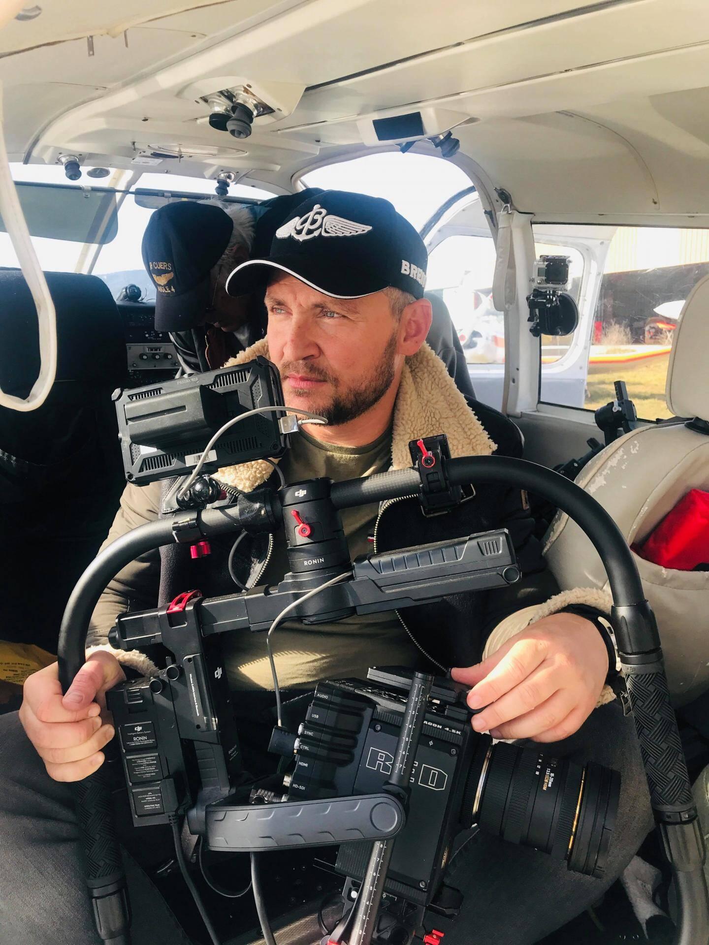 Guillaume Voiturier, dans l'habitacle de l'aéronef, équipé pour assurer les prises de vues dans le ciel.
